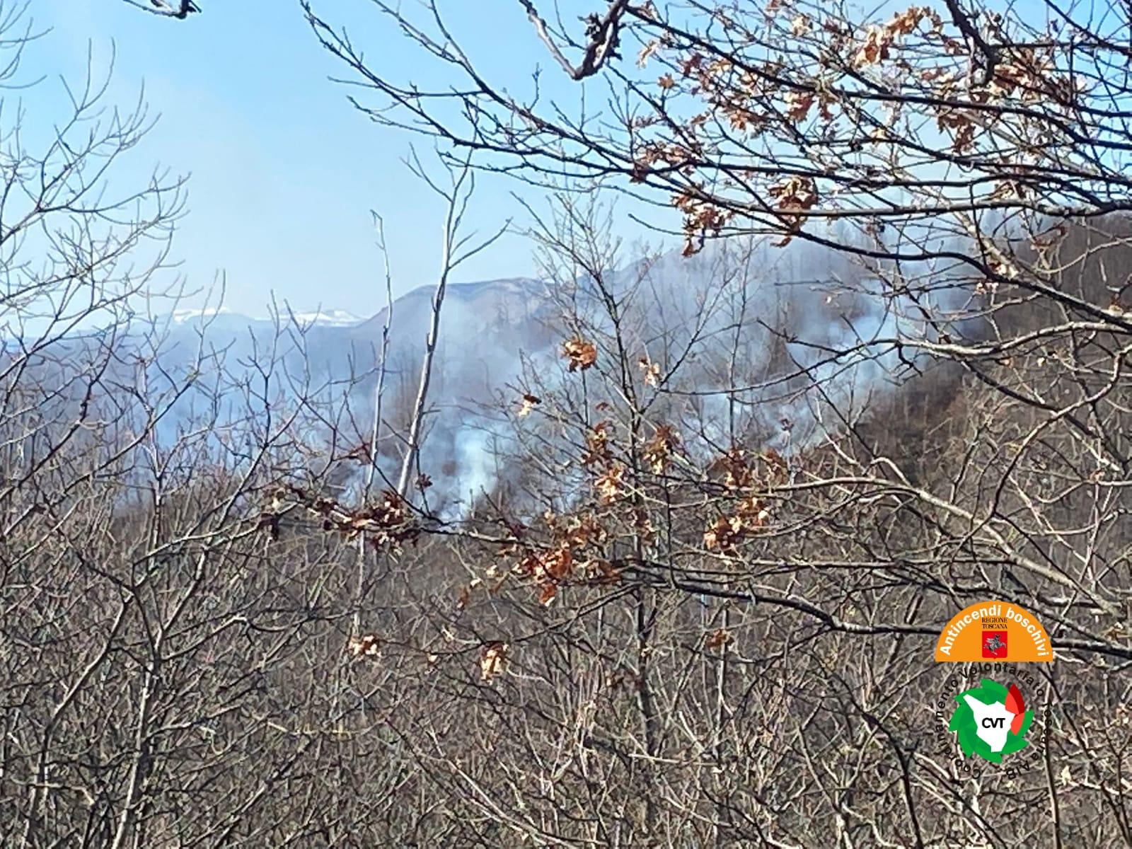 Incendio boschivo a Bagni di Lucca. Sul posto due elicotteri regionali