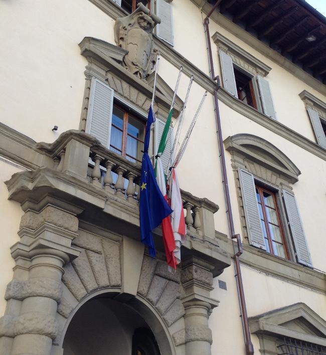 Bandiere a mezz'asta su Palazzo Strozzi Sacrati