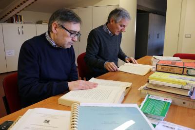 Leonello Toccafondi e Andrea Biondi lavorano al Centro di documentazione